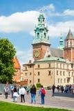 KRAKOW POLEN - JUNI 08, 2016: Turister som besöker den berömda den Wawel kungliga slotten och domkyrkan i Krakow, Polen - Juni 08 Royaltyfri Fotografi