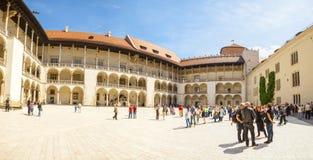 KRAKOW POLEN - JUNI 08, 2016: Turister som besöker den centrala delen av den berömda Wawel kungliga slotten i Krakow, Polen - Jun Arkivbilder