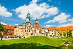 KRAKOW POLEN - JUNI 08, 2016: Turister som besöker den Wawel den kungliga slotten och domkyrkan i Krakow, Polen - Juni 08, 2016 Arkivbild