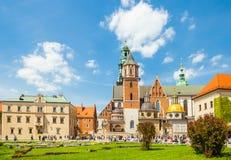 KRAKOW POLEN - JUNI 08, 2016: Turister som besöker det historiska komplexet av den Wawel den kungliga slotten och domkyrkan i Kra Royaltyfria Foton