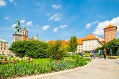 KRAKOW POLEN - JUNI 08, 2016: Turister som besöker det välkända historiska komplexet av den Wawel den kungliga slotten och domkyr Royaltyfria Foton