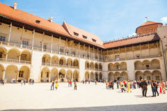 KRAKOW POLEN - JUNI 08, 2016: Turister som omkring ser på den centrala delen av den välkända Wawel kungliga slotten i Krakow, Pol Royaltyfria Bilder