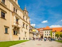 KRAKOW POLEN - JUNI 08, 2016: Turister som står i grupper på det berömda historiska komplexet av Wawel den kungliga slotten och d Arkivbilder