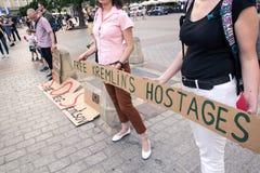 Krakow Polen, Juni 01, 2018, två kvinnor med en affischprotestin Royaltyfria Bilder
