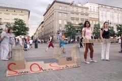Krakow Polen, Juni 01, 2018, två kvinnor med en affischprotestin Arkivbild