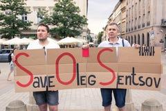 Krakow Polen, Juni 01, 2018, två män med protestera för affisch Arkivfoto