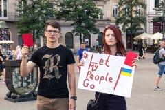 Krakow Polen, Juni 01, 2018, a-ung flicka och en grabb med pos. Royaltyfri Foto