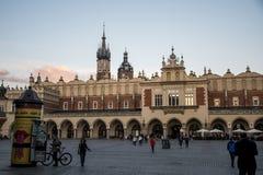 10 05 Krakow 2015 Polen - kyrkliga St Mary och stad för fyrkant för torkdukeHall huvudsaklig marknad Royaltyfri Foto