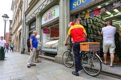 Krakow Polen Maj 25, 2016: DHL leverans på den huvudsakliga marknaden vid cykeln Royaltyfria Bilder