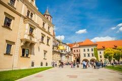 KRAKOW POLEN - MAJ 16, 2015: Turister som heading in mot det historiska komplexet av den Wawel den kungliga slotten och domkyrkan Royaltyfria Bilder