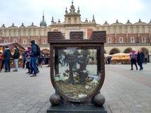 Krakow/Polen - mars 23 2018: Påskmässor på den marknadsRynok fyrkanten i Krakow Kiosk med souvenir, sötsaker och mat baluchistan arkivfoton
