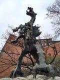 Krakow/Polen - mars 23 2018: Skulptur av en drake som utandas brand varje 3-4 minuter arkivfoto