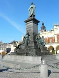KRAKOW Polen-Mickiewicz monument den huvudsakliga fyrkanten royaltyfri bild