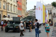 KRAKOW POLEN - 2016: militärfordon på duren för huvudsaklig fyrkant fotografering för bildbyråer