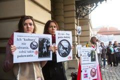 KRAKOW POLEN - oidentifierade deltagare under protest nära den Cracow operan Fotografering för Bildbyråer