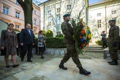 KRAKOW POLEN - representanter på ceremoni av att lägga blommar till monumentet till Hugo Kollataj Royaltyfria Bilder