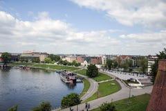 KRAKOW POLEN 10 05 2015: Sikt av Vistulaet River i det historiska centret Royaltyfri Foto