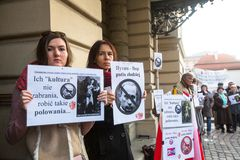 KRAKOW, POLÔNIA - participantes não identificados durante o protesto perto de Cracow Opera Imagem de Stock