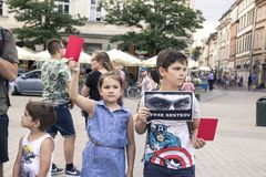 Krakow, Polska, Czerwiec 01, Dwa dziecka z plakatami i czerwień, 2018, Fotografia Royalty Free