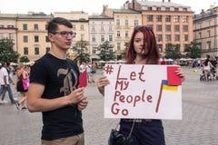 Krakow, Polska, Czerwiec 01 2018, A młoda dziewczyna i facet z pos, Fotografia Stock