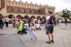 Krakow, Polska, Czerwiec 01, 2018, mała dziewczynka chodzi wśród tłumu o Zdjęcie Stock