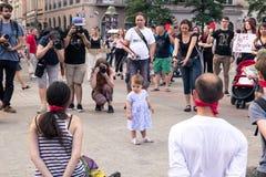 Krakow, Polska, Czerwiec 01, 2018, małej dziewczynki pozycja wśród wrony Zdjęcia Royalty Free