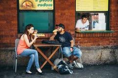 KRAKOW POLSKA, CZERWIEC, - 26, 2015: Pary, sprzedawcy i połysku fastfood, - zapekanka na Nowy kwadracie Zdjęcia Stock