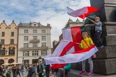 KRAKOW, POLSKA - flaga państowowa republika Polska dzień fotografia stock