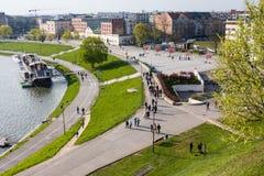 KRAKOW POLSKA, Kwiecień, - 21,2017: Widok bulwar Vistula rzeka w historycznym centrum miasta Obraz Stock