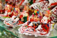 KRAKOW POLSKA, LIPIEC, - 5, 2016: Sprzedawców buble Polerują tradycyjne rękodzieło pamiątki w Sukiennice (Sukienny Hall) obrazy royalty free