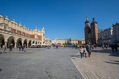 Krakow, Polska 01/10/2017 ludzi chodzi na głównym placu obok Świątobliwej Maryjnej katedry obraz royalty free