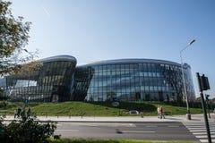 Krakow, Polska 01/10/2017 ludzi przechodzi Kongresowego Centre budynkiem Obraz Royalty Free
