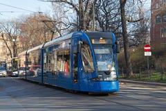 KRAKOW POLSKA, MARZEC, - 28, 2017: Tramwajowy bombardier NGT8 w historycznej części Krakow Zdjęcia Stock