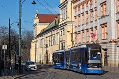 KRAKOW POLSKA, MARZEC, - 28, 2017: Tramwajowy bombardier NGT6 w historycznej części Krakow Obraz Royalty Free
