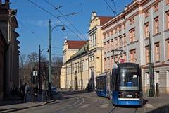 KRAKOW POLSKA, MARZEC, - 28, 2017: Tramwajowy bombardier NGT6 w historycznej części Krakow Fotografia Royalty Free
