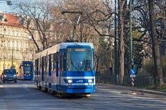 KRAKOW POLSKA, MARZEC, - 28, 2017: Tramwajowy mężczyzna N8S-NF w historycznej części Krakow Zdjęcie Royalty Free