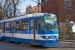 KRAKOW POLSKA, MARZEC, - 28, 2017: Tramwajowy mężczyzna N8S-NF w historycznej części Krakow Zdjęcia Royalty Free