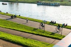 Krakow Polska, Październik, - 17, 2017: Ludzie i cieszą się pięknego zmierzch sporty na rzecznym Vistula, Polska Krakow Zdjęcia Royalty Free