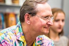 Krakow Polska, Październik, - 24, 2015: Wojciech Cejrowski podpisywanie cześć Obrazy Royalty Free