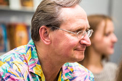 Krakow Polska, Październik, - 24, 2015: Wojciech Cejrowski podpisywanie cześć Zdjęcie Stock
