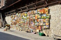 Krakow Polska, Sierpień, - 7, 2013: Przy bramą St Florian artyści sprzedają ich obrazy fotografia royalty free