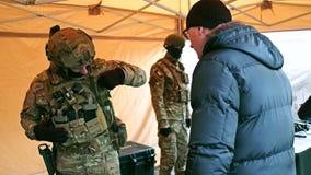 KRAKOW, POLSKA - STYCZEŃ, 14, 2017 jednostek specjalnych żołnierzy jest ubranym kamuflażu mundur demonstruje jego nowożytną przek Obrazy Stock