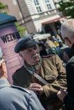 Krakow Polska, Wrzesień, - 23, 2018: nMan ubierający w Polskich mundurach od pierwszej wojny światowej trzyma flintę opowiada z fotografia royalty free
