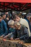 Krakow Polska, Wrzesień, - 21, 2019: Słupy szuka Tanie książki przy Krakow pchli targ zdjęcie stock