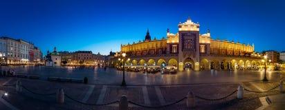 Krakow Sukienny Hall opóźnioną błękitną godziną zdjęcie stock