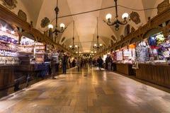 Krakow torkdukemarknad på natten Royaltyfri Foto