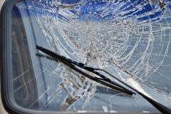 Kraksa samochodowa łamająca przednia szyba zdjęcie stock