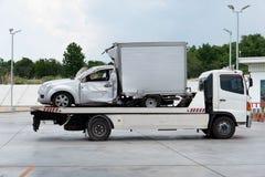 kraksa samochodowa wypadek na samochodowej Holować ciężarówce I chodzenie ciężarówka dla naprawy fotografia stock