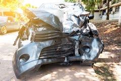 Kraksa samochodowa wypadek na ulicie, Łamający samochód, uszkadzający samochody po karambolu zdjęcie royalty free