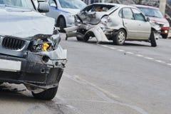 Kraksa samochodowa wypadek na ulicie, uszkadzający samochody po karambolu w mieście obraz royalty free